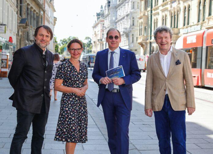 Mathis Huber, Alexia Getzinger, Martin Schaller und Markus Schirmer stehen in der Grazer Innenstadt