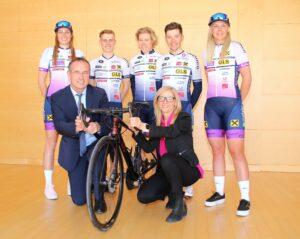 Otto Prantl, Geschäftsleiter der RRB Schwaz, und Christine Hofer, Geschäftsführerin der Raiffeisen Werbung Tirol, mit einigen Damen und Herren der Elite Mannschaften.