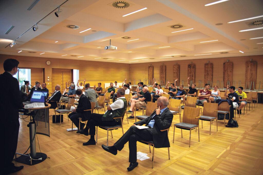 Die Mitglieder der Schülergenossenschaft der HBLBA St. Florian stimmen über die Wahl von Obmann und Aufsichtsrat ab.