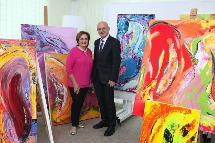 Christa Hameseder und Hannes Rauscher, Geschäftsleiter der RB Langenlois, im Atelier.