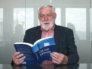 Franz Fischler liest Buch