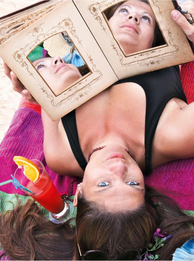 """Nonsen-Erfindung: Eine Frau hält ein Buch mit Spiegeln als Seiten: """"Face-Book"""""""