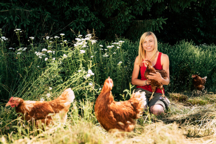 Nina Schweinzger mit ihren Hühnern