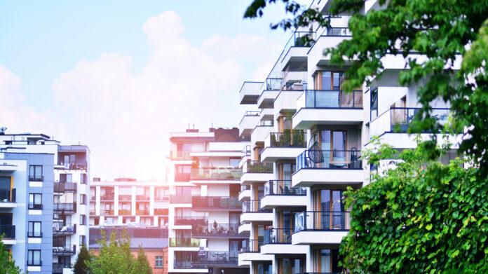 Eine Wohnimmobilie mit vielen Balkonen