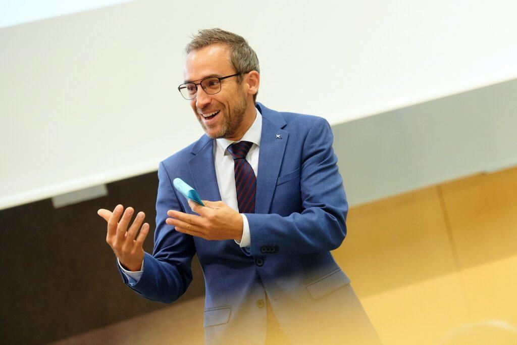 Matthias Breiteneder begrüßte die Raiffeisen-Studierenden zum Semesterstart.