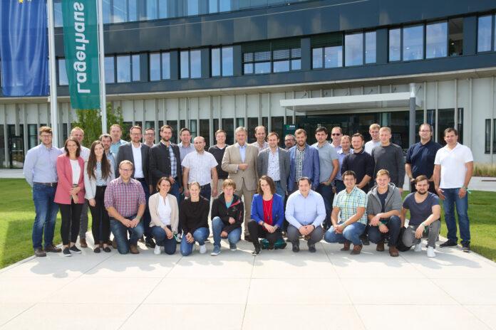 Team Green-Teilnehmer posiert vor neuem RWA Campus in Korneuburg