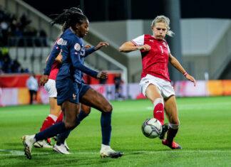 Carina Wenninger (in Rot) im Spiel gegen Frankreich